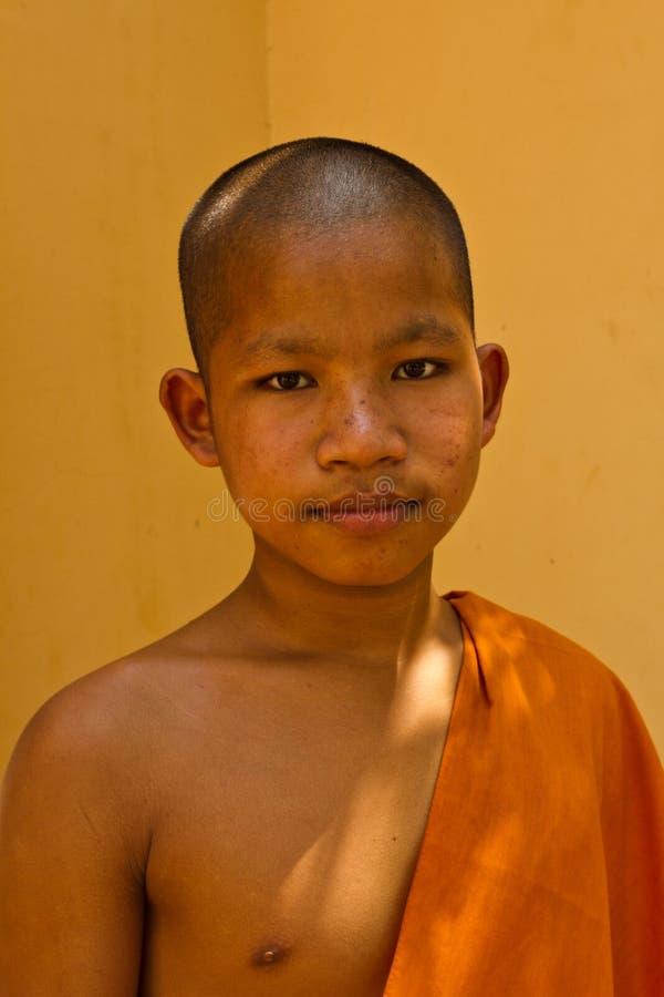 Un moine bouddhiste de novice d'un temple de rive dans Kampot, Cambodge images libres de droits