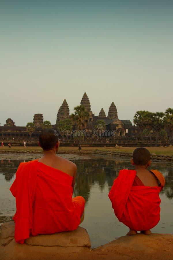 Un moine de novice s'assied avec son professeur dans Angkor Vat, Siem Reap, Ca photos libres de droits