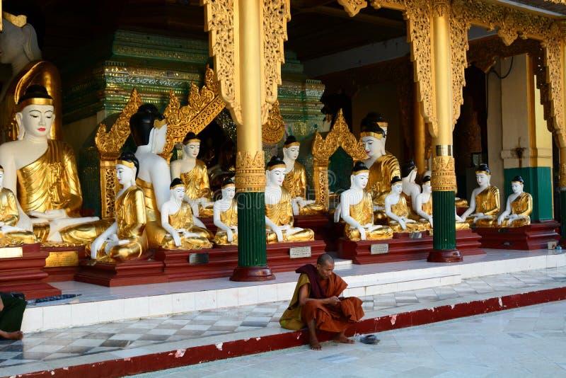 Un moine près d'un des temples Pagoda de Shwedagon yangon myanmar image libre de droits
