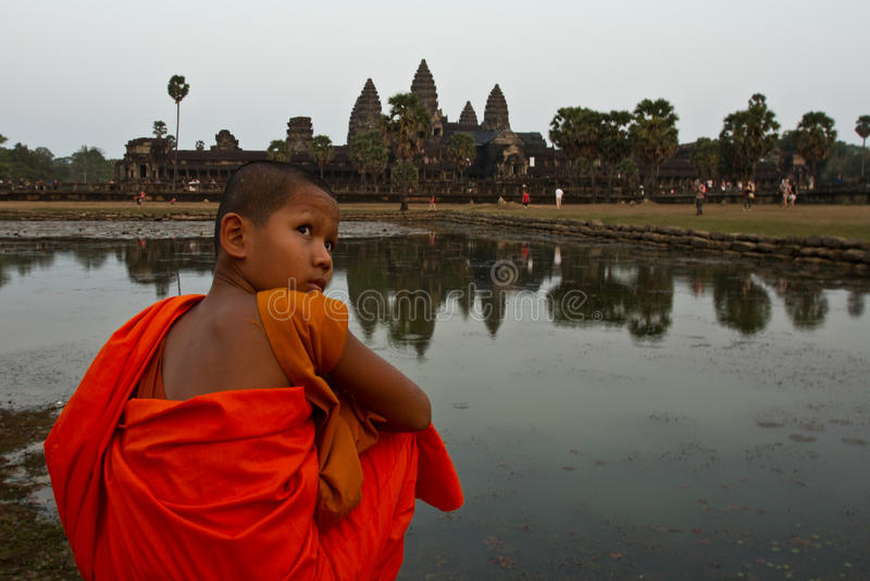 Un moine s'asseyant de novice d'Angkor Vat, Siem Reap, Cambodge photos libres de droits