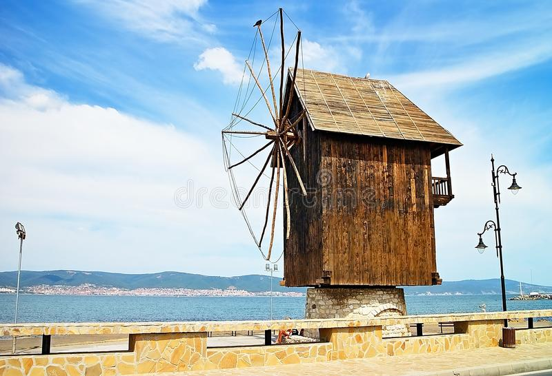 Un molino de viento de madera en la entrada a la ciudad vieja de Nesebar imagen de archivo libre de regalías