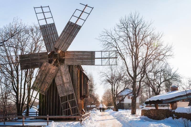 Un molino de viento rumano tradicional en una calle de la nieve-coverd imagenes de archivo