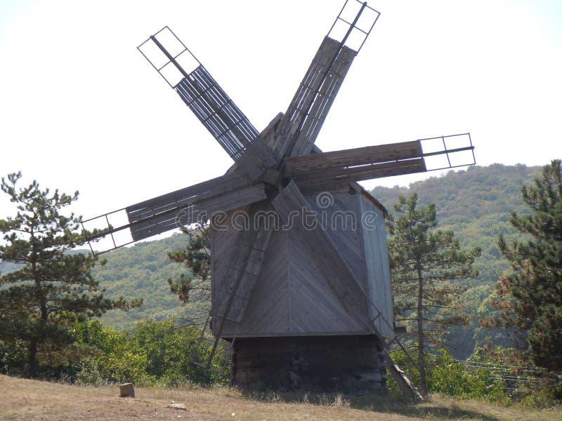 Un molino de viento viejo en la tierra histórica de Dobrogea adentro al sureste de Rumania imagenes de archivo