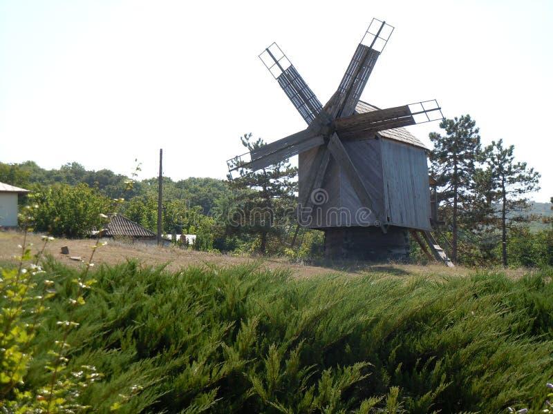 Un molino de viento viejo en la tierra histórica de Dobrogea adentro al sureste de Rumania foto de archivo libre de regalías