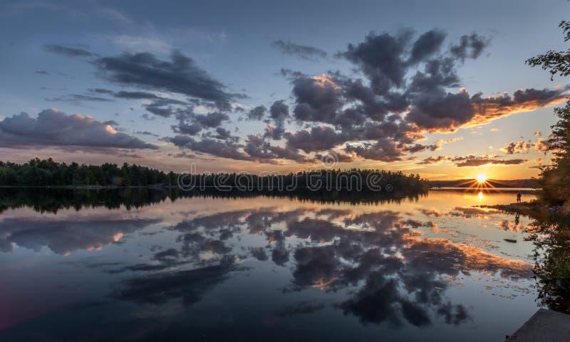 Un moment naturel serein de coucher du soleil photographie stock libre de droits