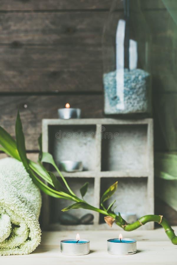 Un momento da rilassarsi, colori blu e verdi naturali del fondo di benessere e della stazione termale, del legname grezzo, delle  fotografia stock