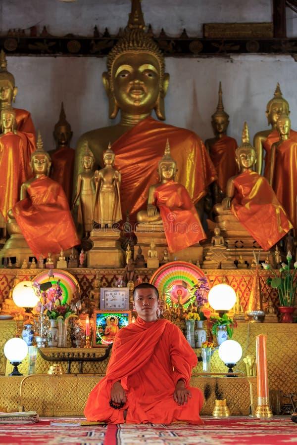 Un monaco che medita nella posizione di loto fotografia stock