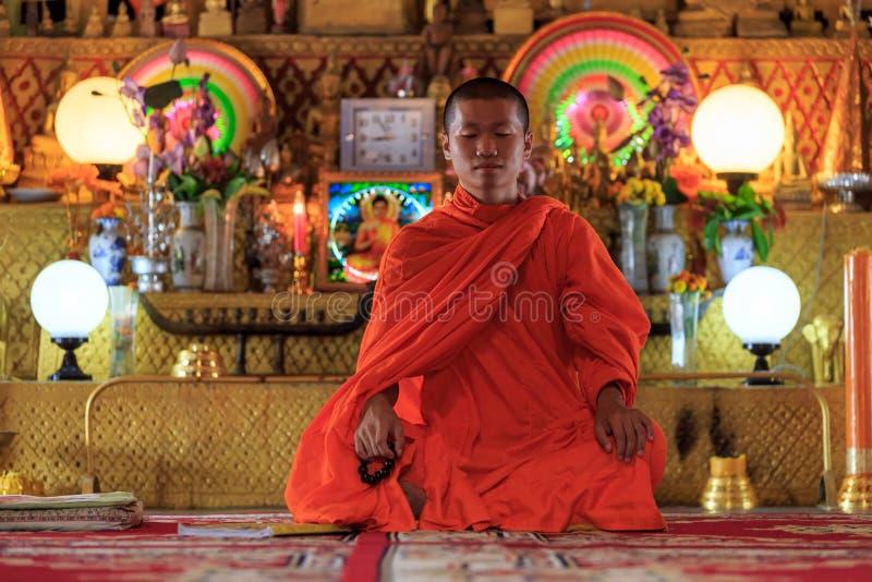 Un monaco che medita nella posizione di loto immagini stock libere da diritti