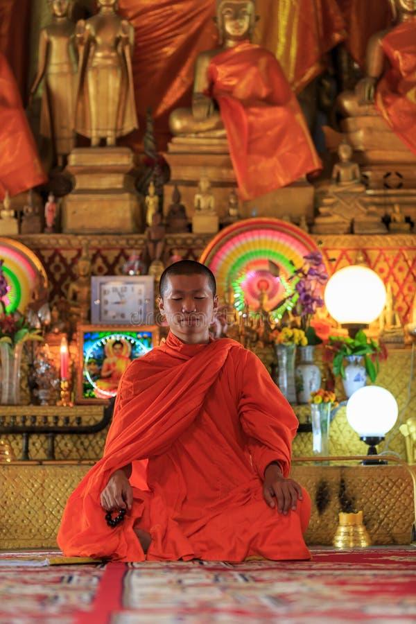 Un monaco che medita nella posizione di loto immagine stock