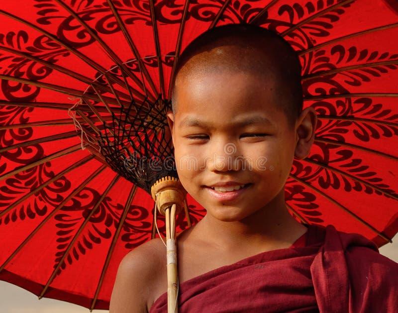 Un monje joven con el paraguas en Mandalay, Myanmar foto de archivo libre de regalías