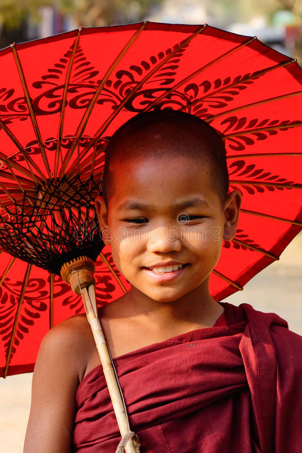 Un monje joven con el paraguas en Mandalay, Myanmar foto de archivo