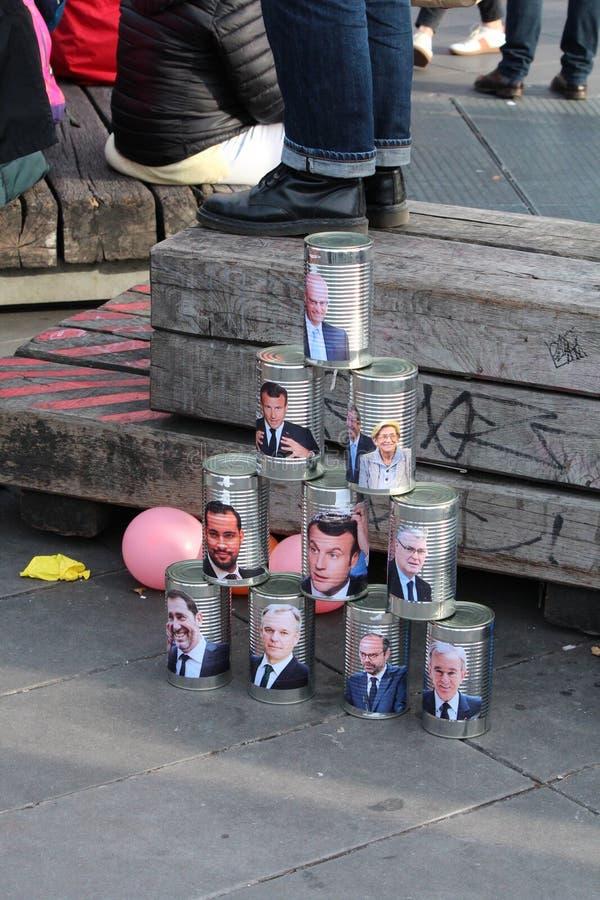 Un montón de latas de lata con los rostros de importantes políticos franceses como Emmanuel Macron foto de archivo