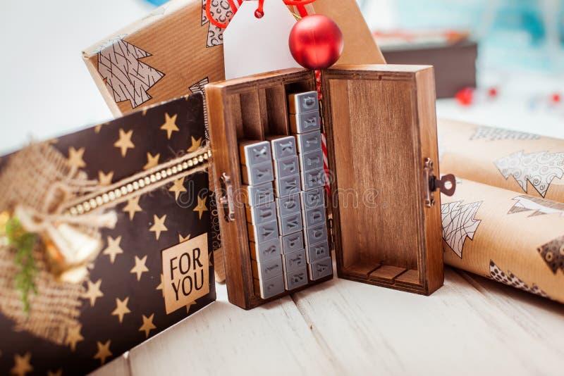 Un montón de rojo del regalo y de cajas de Kraft fotos de archivo libres de regalías