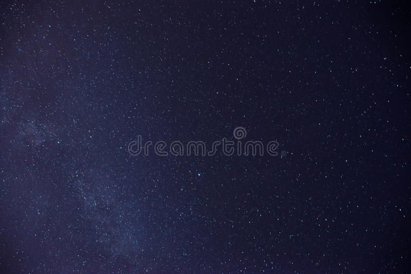 Un montón negro del cielo nocturno de estrellas con imagen de archivo libre de regalías