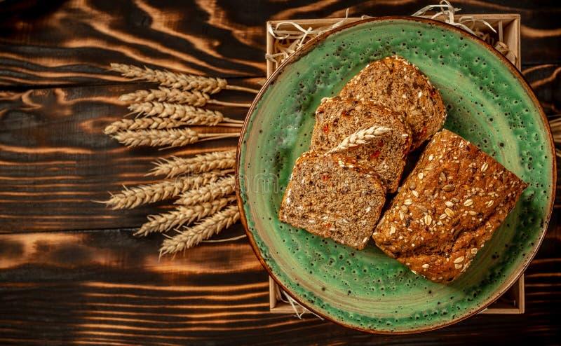 Un mont?n de fondo cortado del pan Concepto de la panader?a y del ultramarinos El grano entero fresco, sano cortó clases de cente foto de archivo