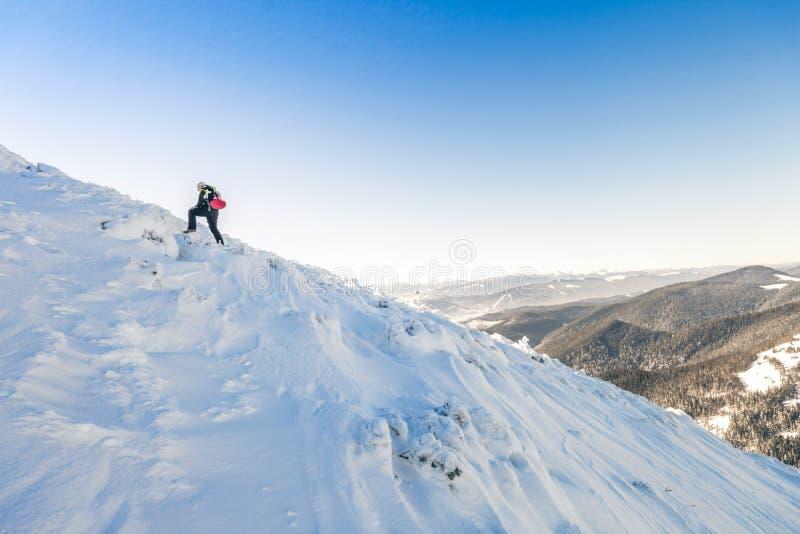 Un montañés masculino que recorre cuesta arriba en un glaciar Reac del montañés fotografía de archivo libre de regalías