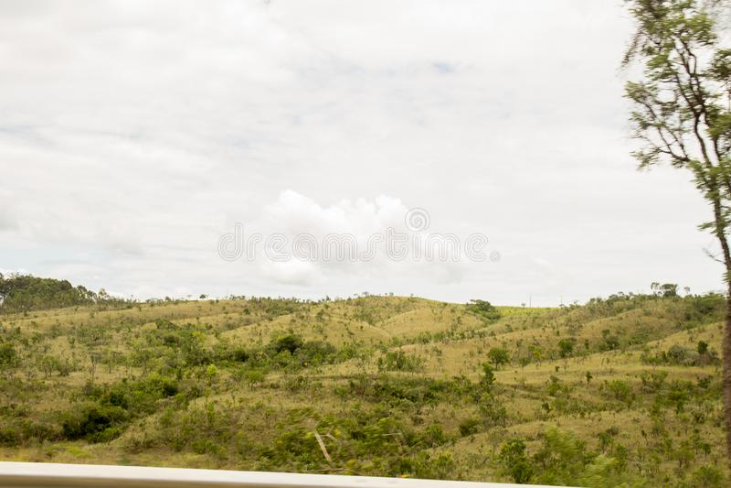 Un montain vert au-dessus du ciel bleu photos libres de droits
