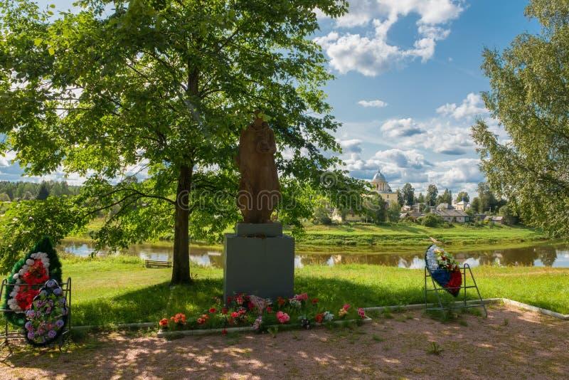Un monument au Soldat-libérateur et la tombe de masse des soldats tués photographie stock libre de droits