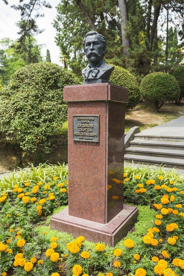 Un monumento al fundador del arboreto Khudekov S n imagen de archivo