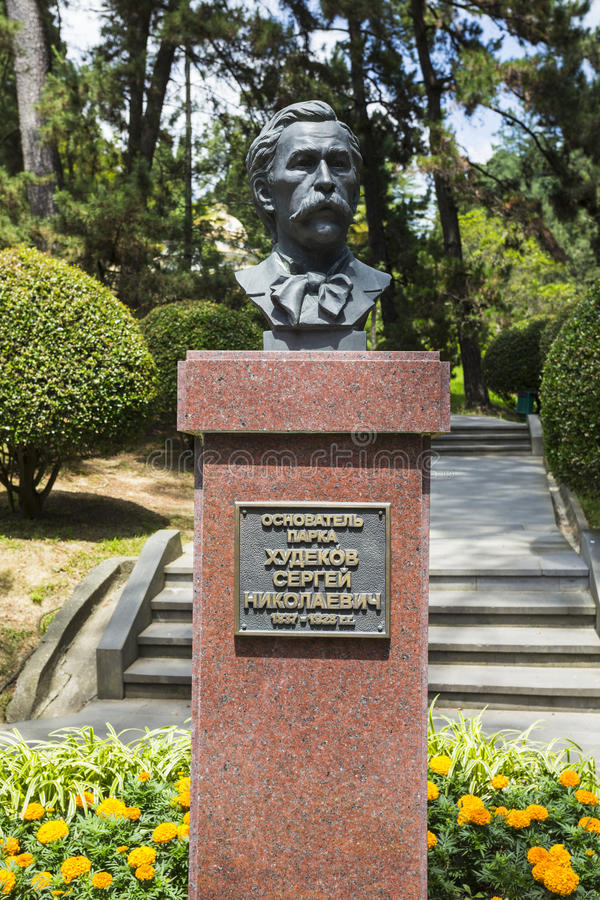 Un monumento al fundador del arboreto Khudekov S n imagen de archivo libre de regalías