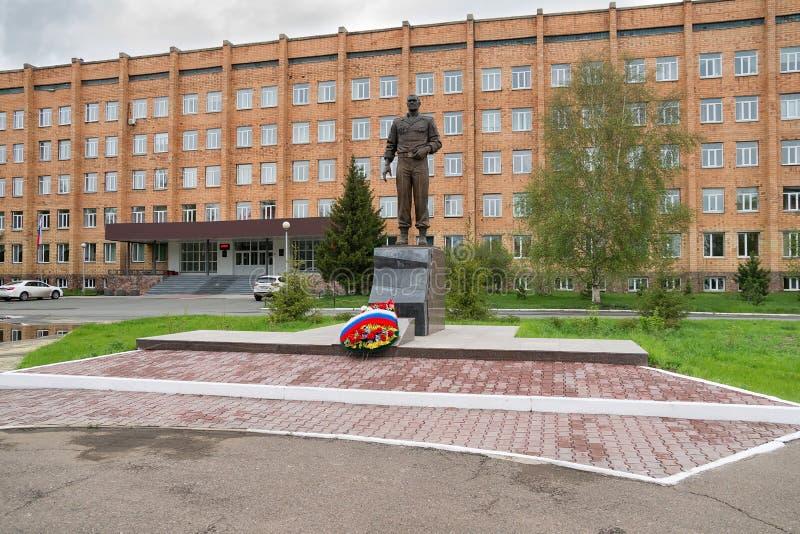 Un monumento bronzeo a generale Lebed contro lo sfondo della scuola del cadetto fotografia stock libera da diritti