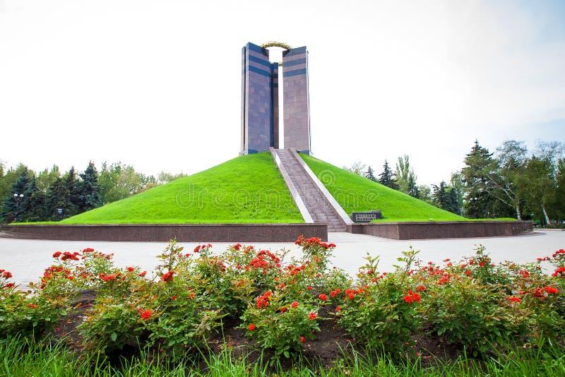 Un monumento a las ?v?ctimas del fascismo ?en el parque cerca del ?centro de la cultura eslava ?en Donetsk foto de archivo libre de regalías
