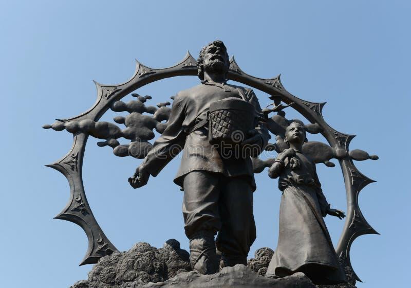 Un monumento a los colonos en el Altai en el cuadrado de octubre en Barnaul imagen de archivo