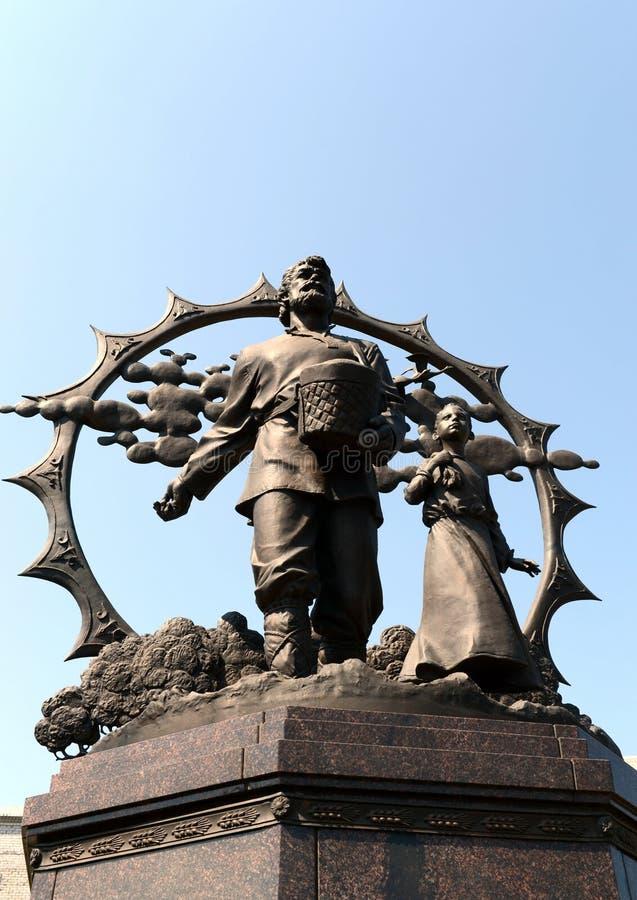 Un monumento a los colonos en el Altai en el cuadrado de octubre en Barnaul imágenes de archivo libres de regalías