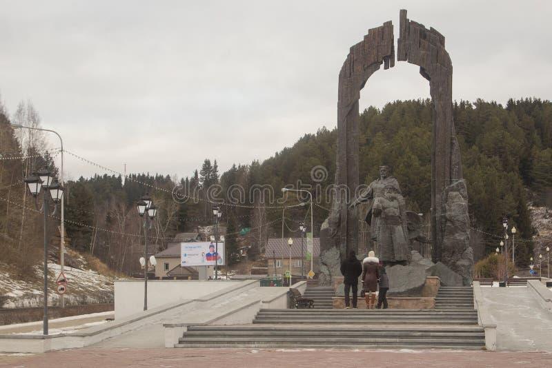 Un monumento nel centro della città di Chanty-Mansijsk immagine stock libera da diritti