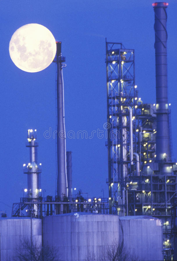 Un moonrise industriale sopra uno stabilimento chimico fotografie stock libere da diritti