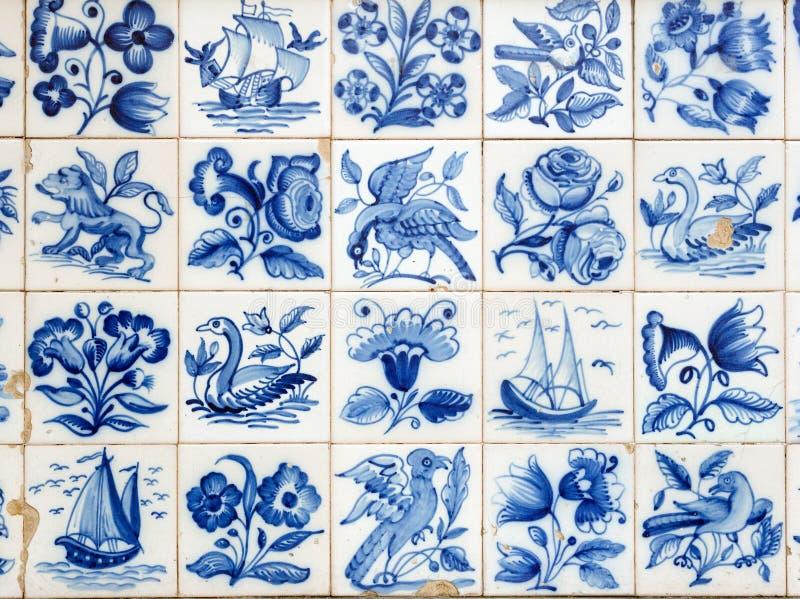 Un morceau d'un vieux carreau de céramique bleu au Portugal photo libre de droits