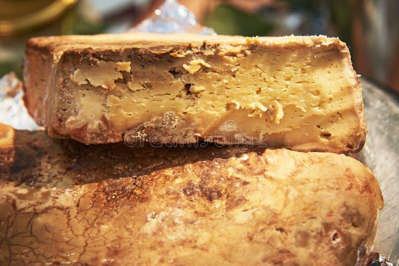 Un morceau de fromage chevronné dur photo stock