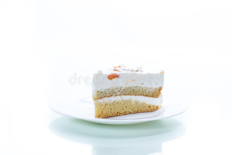 Un morceau de gâteau doux fait maison avec de la crème et les abricots en boîte image libre de droits