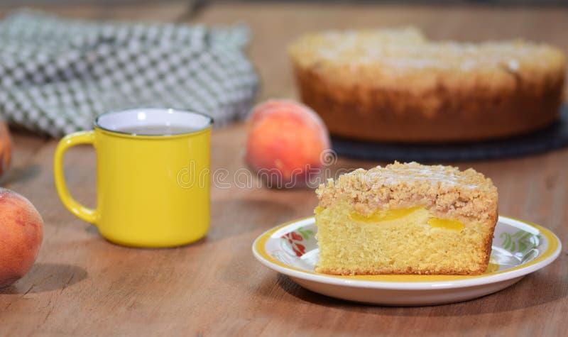 Un morceau de gâteau fraîchement cuit au four de pêche de miette image libre de droits