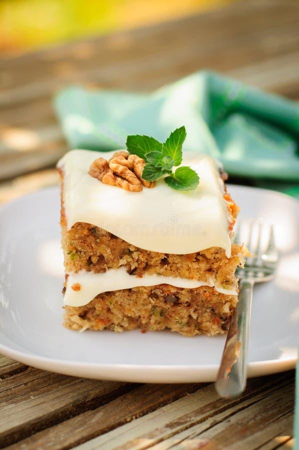Un morceau de gâteau moite de courgette et de noix avec le fromage fondu Fros photo stock