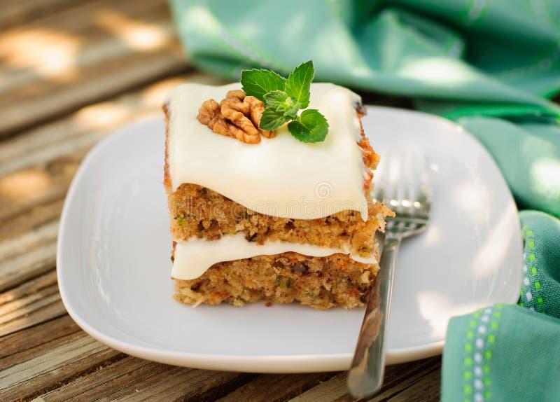 Un morceau de gâteau moite de courgette et de noix avec le fromage fondu Fros photos libres de droits