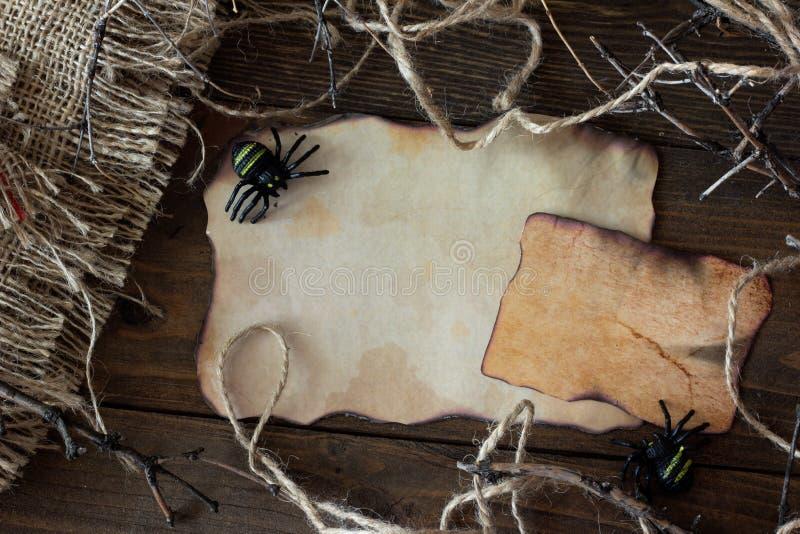 Un morceau de vieux papier avec une araignée Halloween photo stock