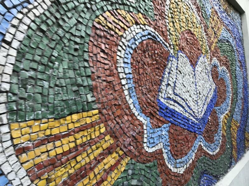 Un mosaico educativo meraviglioso di un libro e di un cuore su una biblioteca Kyiv - in UCRAINA - EUROPA fotografia stock libera da diritti