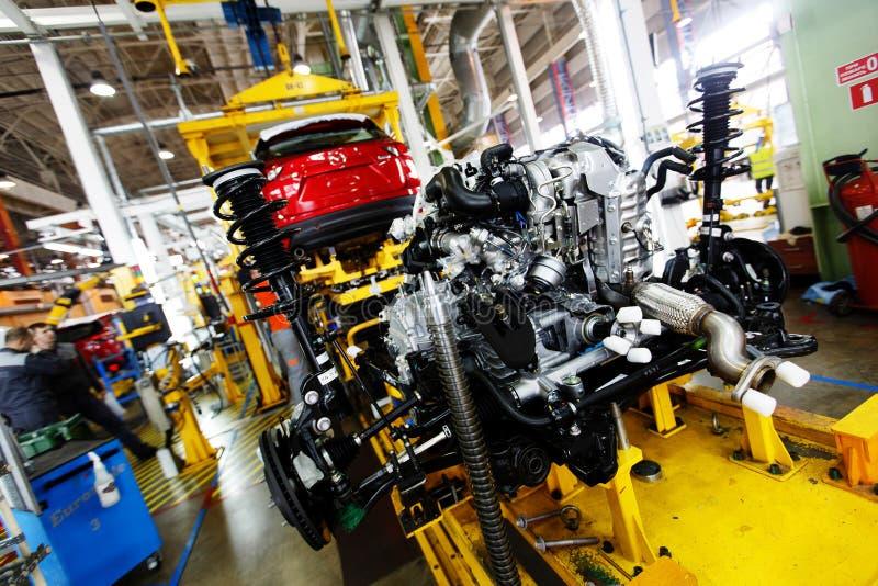 Un moteur à combustion interne d'automobile se trouve sur la ligne de convoyeur du hall de production d'une usine automobile photo stock