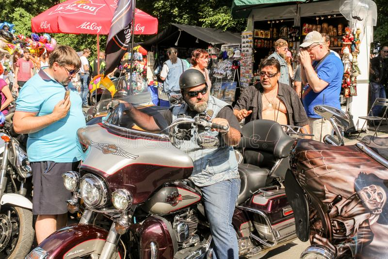 Un motociclista brutale su un motociclo immagini stock libere da diritti
