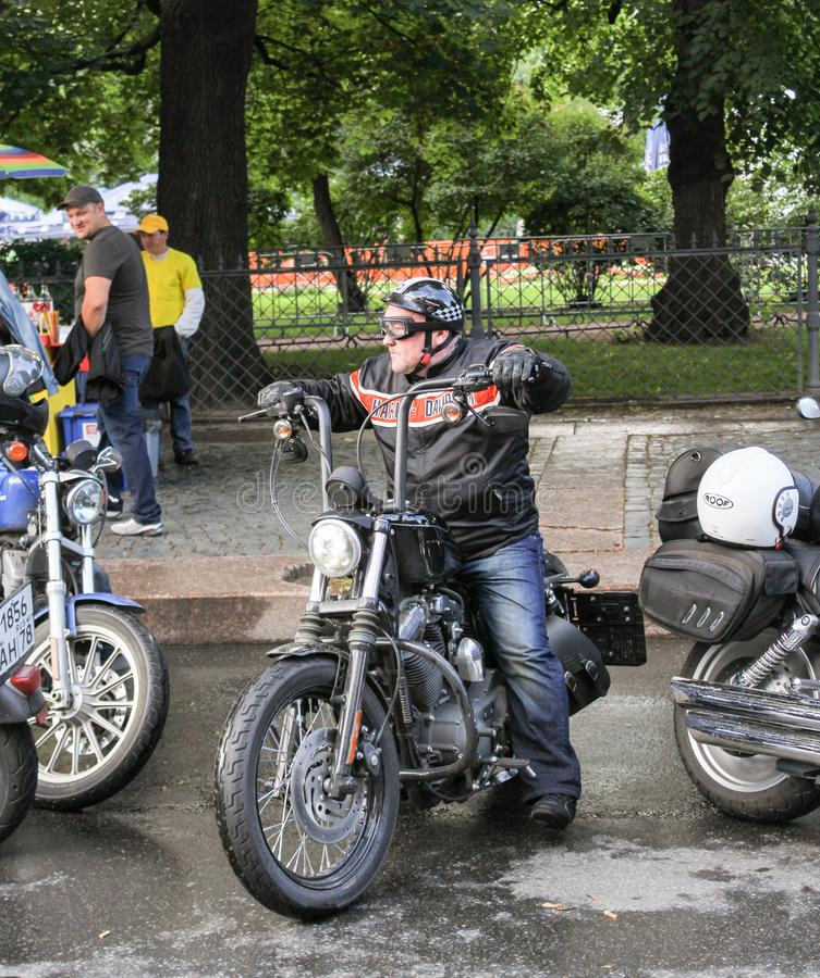 Un motociclista su un motociclo fotografia stock