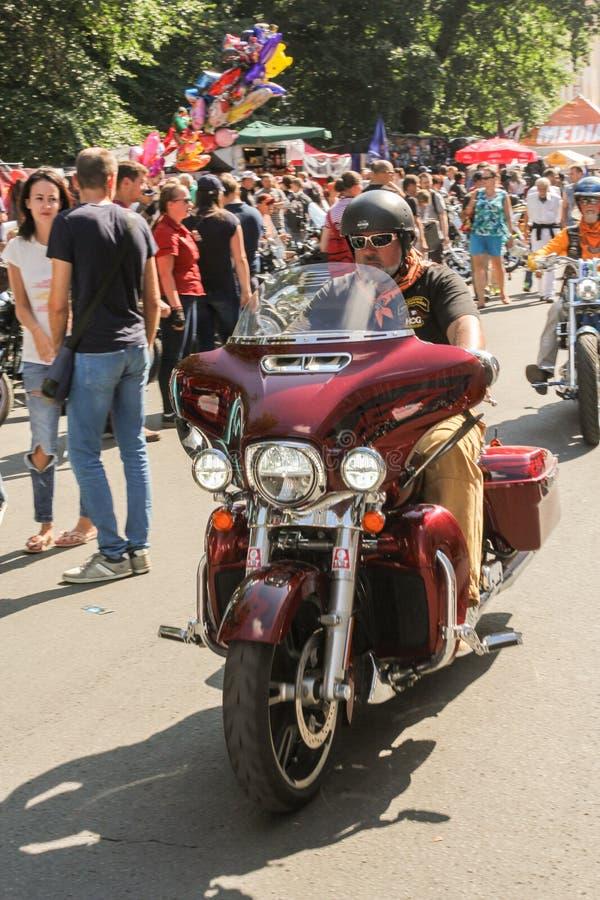 Un motociclista su un motociclo fotografia stock libera da diritti