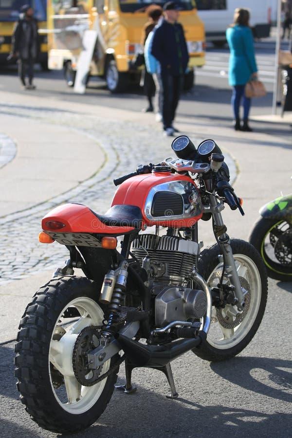 Un motociclo ceco su ordinazione Jawa 350 sulla sera soleggiata Vista posteriore e giusta immagini stock libere da diritti