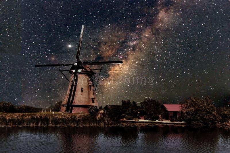 Un moulin à vent et la manière laiteuse photographie stock libre de droits