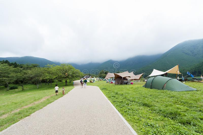 Un Mountain View de route et, tentes de camping en préfecture de Yamanashi images libres de droits