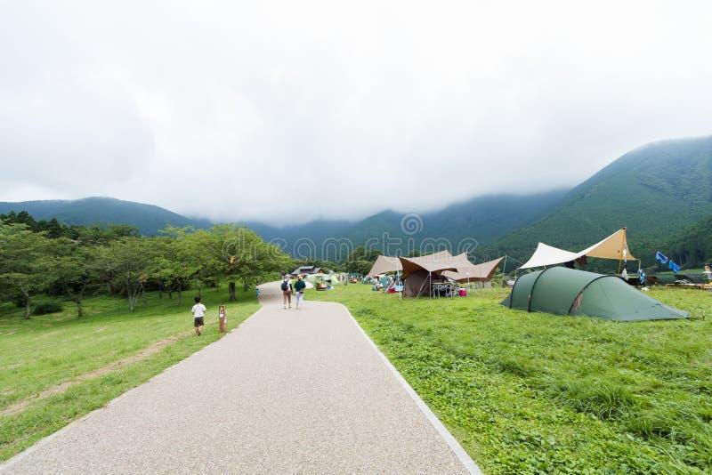 Un Mountain View del camino y, tiendas de campaña en la prefectura de Yamanashi imágenes de archivo libres de regalías