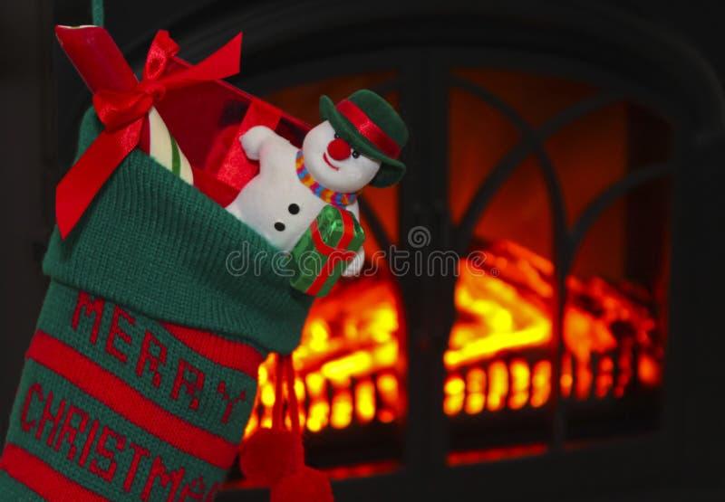 Un muñeco de nieve en una media en la Navidad imagenes de archivo