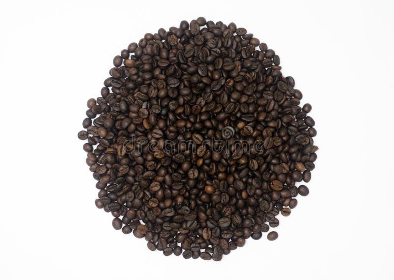 Un mucchio dei chicchi di caffè nel fondo bianco isolato fotografie stock