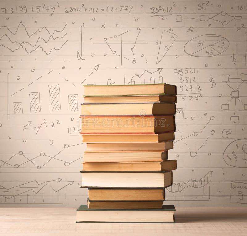 Un mucchio dei libri con le formule di per la matematica scritte nello stile di scarabocchio fotografia stock