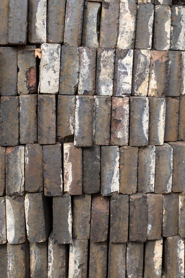 Un mucchio dei mattoni grigi pronto per usare, esaminante il bordo lungo dei mattoni fotografia stock libera da diritti